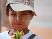 Le garçon thaïlandais avec de la crème de blanchiment sur son visage Photographie stock