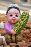 Le garçon thaïlandais tient le signe que vous êtes bienvenu Image stock