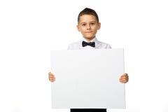 Le garçon tient une bannière Photos libres de droits