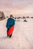 Le garçon a traversé la rivière sur la glace Images libres de droits