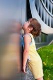 Le garçon triste ne peut pas entrer dans la construction Photographie stock libre de droits