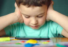 Le garçon utilise le smartphone Photo libre de droits