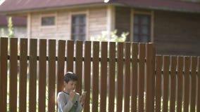 Le garçon utilise le téléphone portable dans le pays, écrivent des sms, causant banque de vidéos