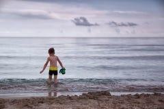 Le garçon va à la mer Photos libres de droits