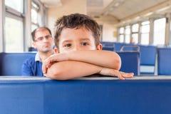 Le garçon va au train Photos libres de droits