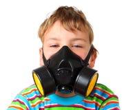Le garçon vissent vers le haut ceux observe dans le respirateur noir Photo libre de droits