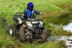 Le garçon voyage sur un ATV images libres de droits