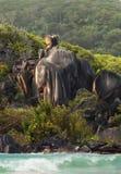 Le garde côtier équestre de chevalier. Roches des Seychelles Photo stock