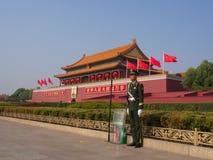 Le garde de sécurité chinois chez Tian des hommes ajustent Voyage dans Pékin C photo libre de droits