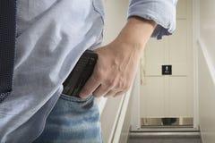 Le garde du corps avec l'arme à feu protège le client photographie stock libre de droits