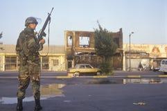 Le garde national patrouillant devant des affaires brûlées s'ameute après 1992, Los Angeles centrale du sud, la Californie Photos stock