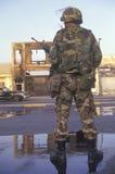 Le garde national se tenant devant des affaires brûlées s'ameute après 1992, Los Angeles centrale du sud, la Californie Images stock