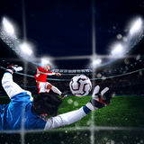 Le gardien de but attrape la boule dans le stade Images libres de droits