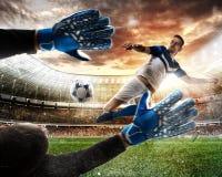 Le gardien de but attrape la boule dans le stade image libre de droits