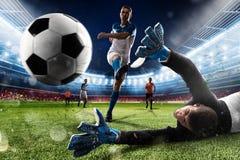 Le gardien de but donne un coup de pied la boule dans le stade images libres de droits