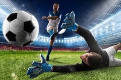 Le gardien de but donne un coup de pied la boule dans le stade photos stock