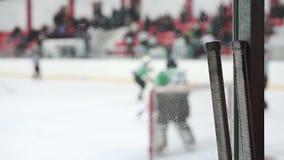 Le gardien de but renvoie plusieurs attaques violentes sur le filet, moment tendu dans le match d'hockey banque de vidéos