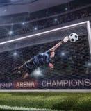 Le gardien de but sautant pour la boule sur le match de football photo stock