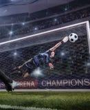 Le gardien de but sautant pour la boule sur le match de football photo libre de droits