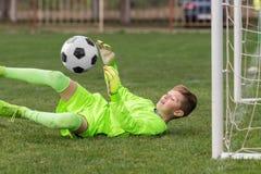 Le gardien de but a utilisé des mains pour des crochets la boule en match Photographie stock
