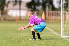 Le gardien de but a utilisé des mains pour des crochets la boule en match Photos libres de droits