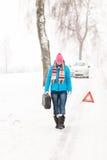 Le gaz de transport de femme peut neiger ennui de véhicule Image stock