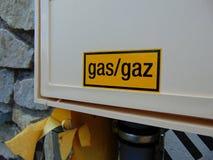 Le gaz jaune se connectent le boîtier blanc de la maison photo stock