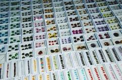 Le gemme sono in un pacchetto allineato nelle stalle di vendite fotografia stock