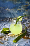 Le genièvre et le tonique en bon état de scintillement de concombre sifflent avec l'aloès Vera sur la table de marbre Copiez l'es images libres de droits