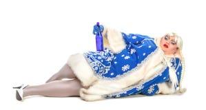 Le genre d'acteur de parodie dépeignent la fille ivre de neige Photographie stock libre de droits
