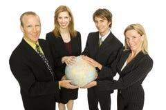 Le gens d'affaires retient un globe image libre de droits