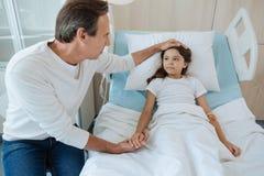 Le gentil père de soin mettant sa main sur des filles se dirigent image libre de droits