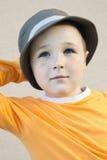 Le gentil petit garçon avec des taches de rousseur utilisant un chapeau Images stock