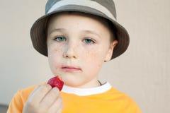 Le gentil petit garçon avec des taches de rousseur utilisant un chapeau Image libre de droits