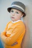Le gentil petit garçon avec des taches de rousseur utilisant un chapeau Photos libres de droits