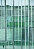 Le geometrie alla finestra Imposte verticali della finestra alla finestra dell'ufficio creare un gioco interessante dei colori e  fotografie stock libere da diritti