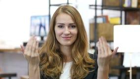 Le geste d'invitation par la fille au travail dans le bureau, avancent banque de vidéos