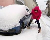 Le gestionnaire de femme lutte avec des réseaux de neige photographie stock libre de droits