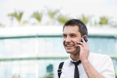 Le gestionnaire parlent du téléphone à travers le bureau photographie stock