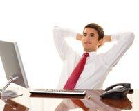 Le gestionnaire réussi s'assied à un bureau images stock