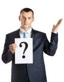 Le gestionnaire remet le papier avec le point d'interrogation photographie stock libre de droits