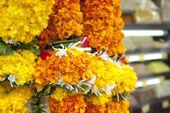 Le ghirlande del fiore si avvicinano ad un tempiale in India Fotografia Stock Libera da Diritti