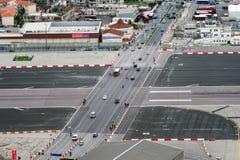 LE GIBRALTAR, L'EUROPE - DÉCEMBRE 2017 : Vue aérienne sur la route avec la piste d'avions de croisement de transport Photographie stock libre de droits