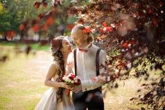 Le gifta paret som går i en gräsplan, parkera royaltyfri fotografi