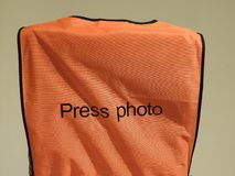 Le gilet orange, photo de presse a isolé photos stock