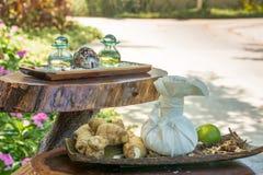 Le ginseng s'enracine avec la chaux, le pétrole aromatique et les épices sur l'étagère en bois photos stock