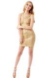 Le giovani belle donne in un vestito dorato Isolamento su un briciolo Fotografia Stock