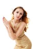 Le giovani belle donne in un vestito dorato Isolamento su un briciolo Fotografie Stock