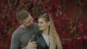 Le giovani coppie ad una data in autunno parcheggiano archivi video