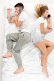 Le giovani coppie adorabili che si trovano in un letto fotografia stock